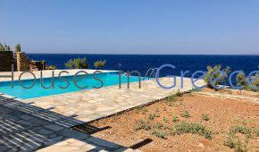 House on the seafront with pool for sale in Kea